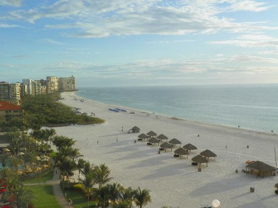 Marco Island Marriott Beach Resort, Golf Club & Spa: View from our balcony.