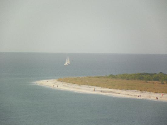 Marco Island Marriott Beach Resort, Golf Club & Spa: View from the 10th floor from our balcony.