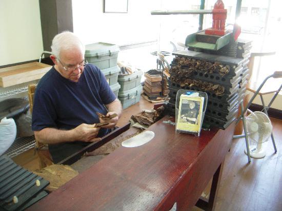 El Credito Cigar Factory: Master Leo Peraza