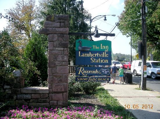 Lambertville Station Restaurant: The sign for the Inn