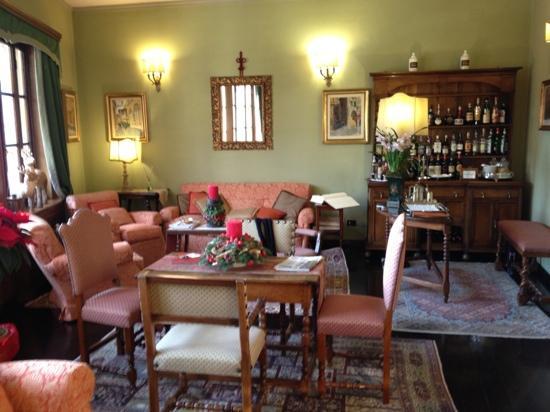 Hotel Hermitage: le salon qui surplombe le fleuve Arno, côté bar