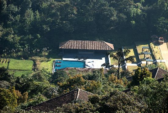 Vivanta by Taj Madikeri: Looking at the pool area from the top