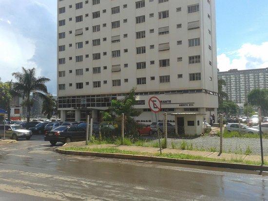 Hotel das Americas: Vista do hotel e do estacionamento (que segundo o hotel é público) da rua