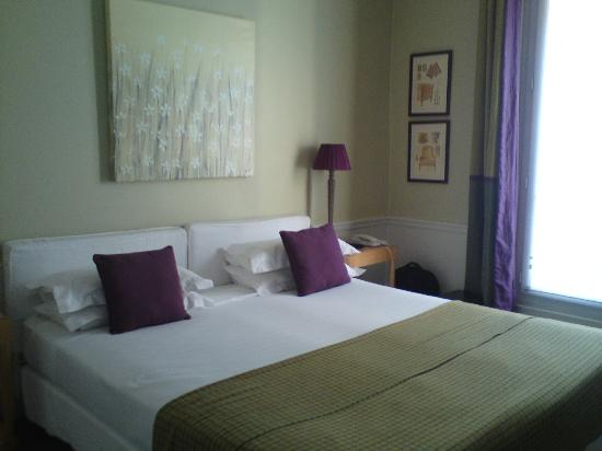 Hotel Sainte Beuve : Elegant room with queen size bed