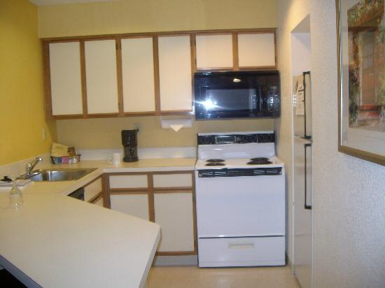 Sonesta ES Suites Flagstaff: Full Kitchen includes fridge, stove, microwave, coffee pot and dishwasher