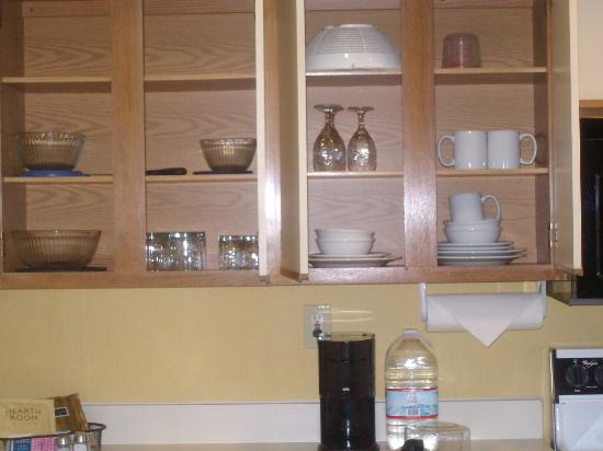 Sonesta ES Suites Flagstaff: Brand new glasses and dinnerware at Sonesta ES Suites
