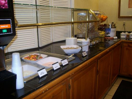 Sonesta ES Suites Flagstaff: Yogurt and cereal bar with free breakfast at Sonesta