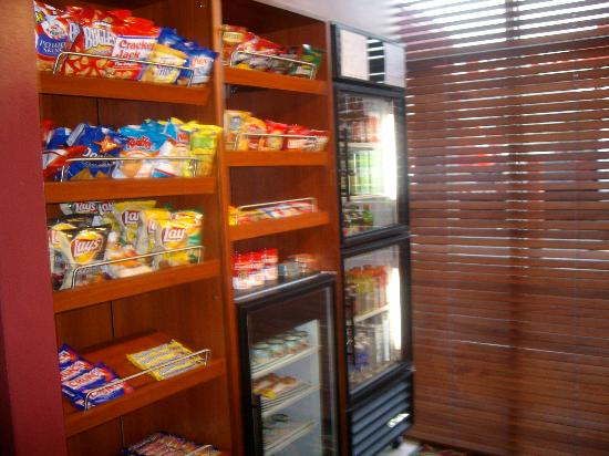 Sonesta ES Suites Flagstaff: Pantry store/E-shoppe for late night munchies