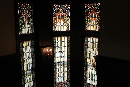Mansions On Fifth Hotel: stained glass windows in lobby area