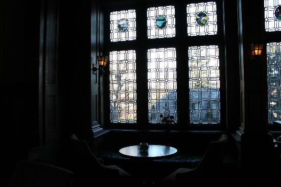 Mansions On Fifth Hotel: beautiful windows in bar area