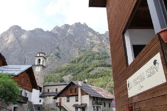 Osteria La Pecora Nera: l'Osteria si affaccia sulla Piazzetta Dell'Ecomuseo, sullo sfondo le Barricate
