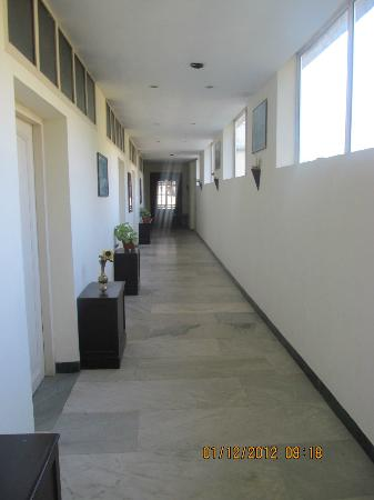 Chandana Royal Resort: Hotel corridor