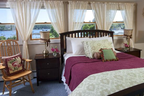 Clark Point Inn: Madison Marie Guestroom - 3rd floor suite-style,gas fireplace, wonderful water view, A/C