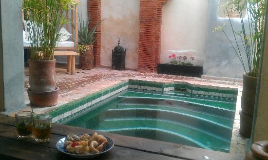 Riad Shambala: Recibimiento en la piscina con té de mentas y pastitas
