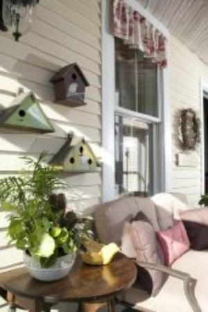 Clark Point Inn: Casual decor, fresh potted herbs & plants add character and whimsy to the sunroom