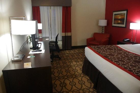 La Quinta Inn & Suites Starkville at MSU: King Room (rm 104)