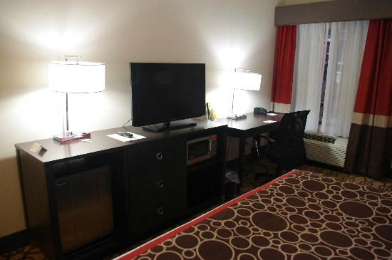 La Quinta Inn & Suites Starkville: King Room Dresser and Desk (rm 104)