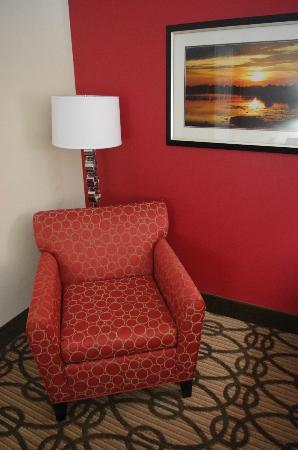 La Quinta Inn & Suites Starkville: King Room Sitting Area (rm 104)