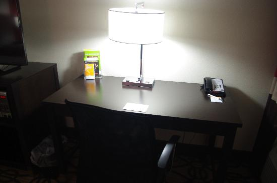 La Quinta Inn & Suites Starkville: King Room Desk Area (rm 104)