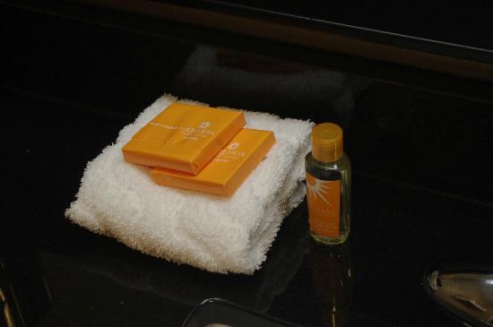 La Quinta Inn & Suites Starkville at MSU : King Room Bathroom Soaps (rm 104)