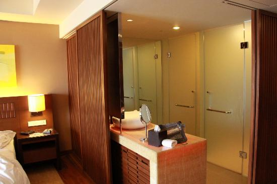 Hyatt Regency Kinabalu: sliding door betwen room and bathroom