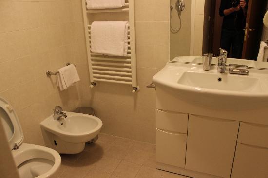 Residence Ca' Foscolo: Modern bathroom