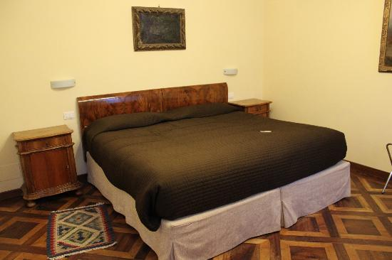 Residence Ca' Foscolo: Huge Bed!