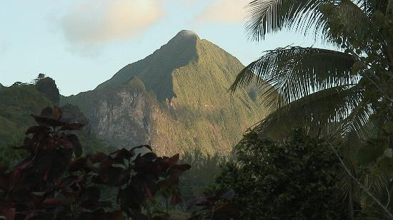 Club Bali Hai Moorea Hotel: Another mountain view from hotel grounds