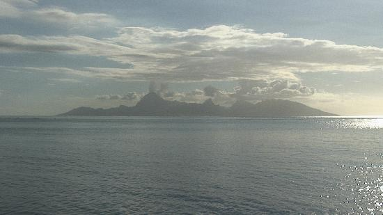 Club Bali Hai Moorea Hotel: View of main island of Tahiti from Moorea