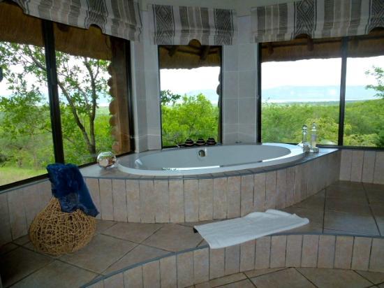 Esikhotheni Lodge : Bathtub at the lodage