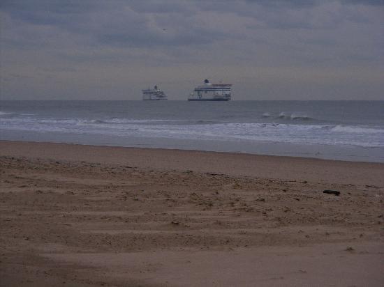 Calais Beach: Ferry's