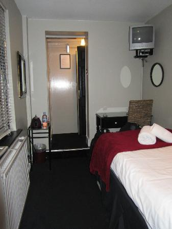 Paskins Town House : small single ensuite room
