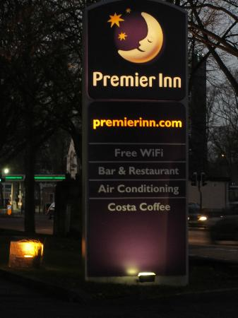 Premier Inn Coventry City Centre (Earlsdon Park) Hotel: sign outside saying free wi-fi