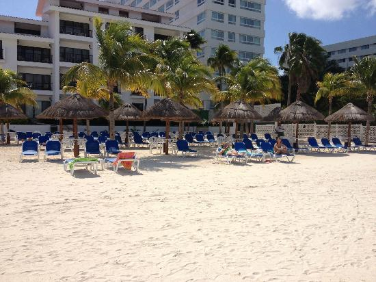 The Royal Cancun All Suites Resort: Beach chair area