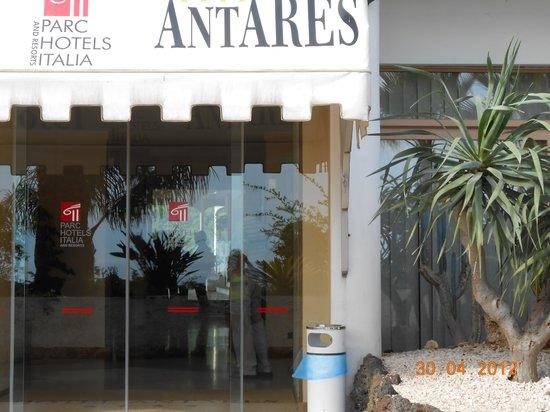 Hotel Antares: вход в отель
