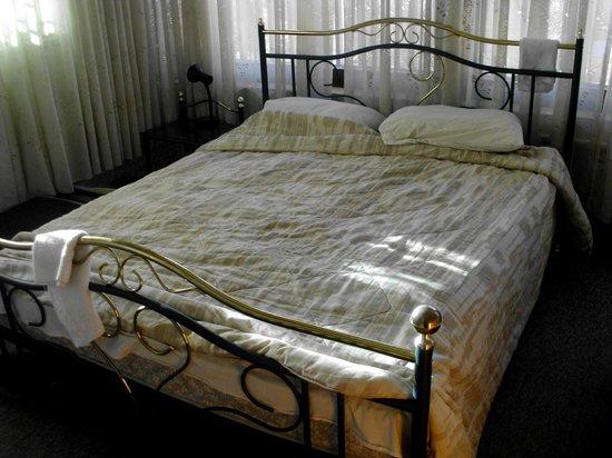Alcazar Hotel: Кровать, занимающая всю комнату