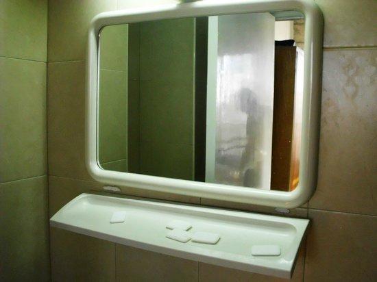 Alcazar Hotel: Полка под зеркалом отваливается