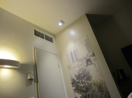 Mercure Paris Notre Dame Saint Germain des Pres: Bathroom door and closet with nice details