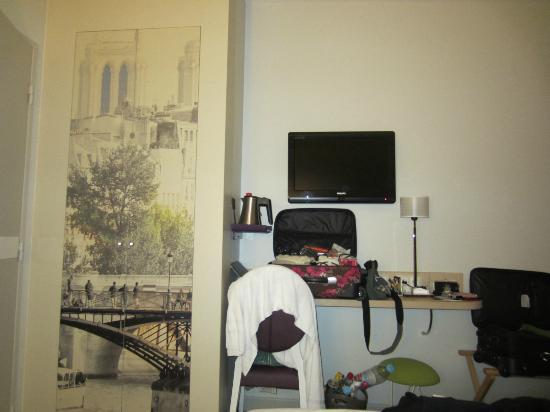Mercure Paris Notre Dame Saint Germain des Pres: Closet, tv and table.