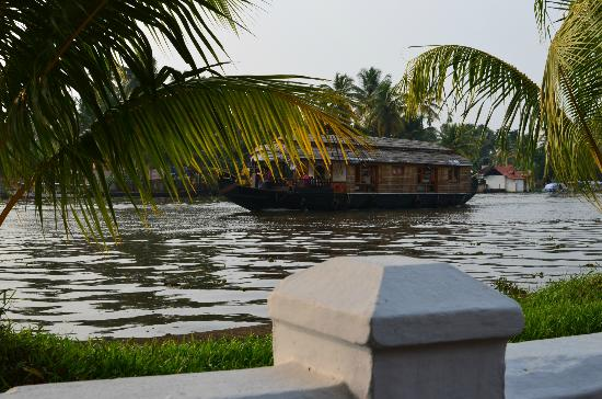 Thevercad Alleppey Homestay: View onto the river