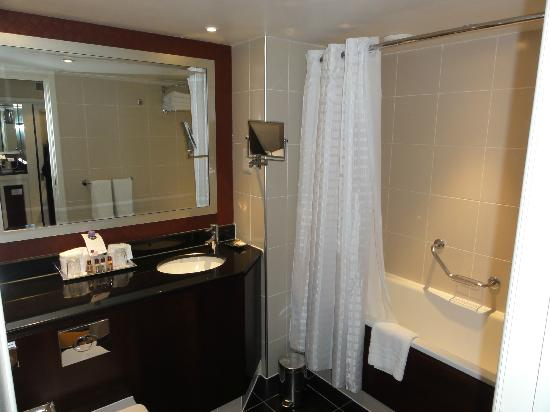 Sheraton Skyline Hotel London Heathrow: Very big bathroom