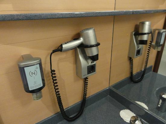 Novotel Suites Berlin City Potsdamer Platz: Bathroom facilities