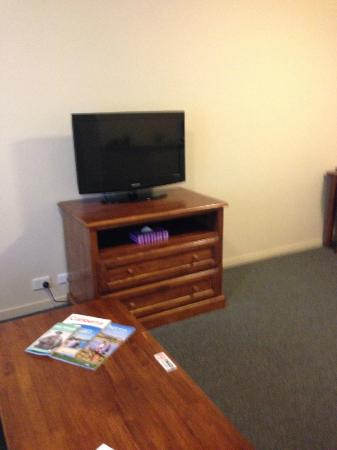 Parklands Hotel & Apartments: Tv in Lounge area