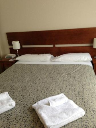 Parklands Hotel & Apartments: Queen Bed