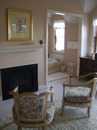 Arch Cape Inn & Retreat: Fireplace, soaker tub