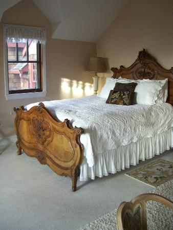 Arch Cape Inn & Retreat: Beautiful bed and linens