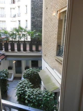 Hotel Eiffel Seine: Our courtyard facing room on first floor.