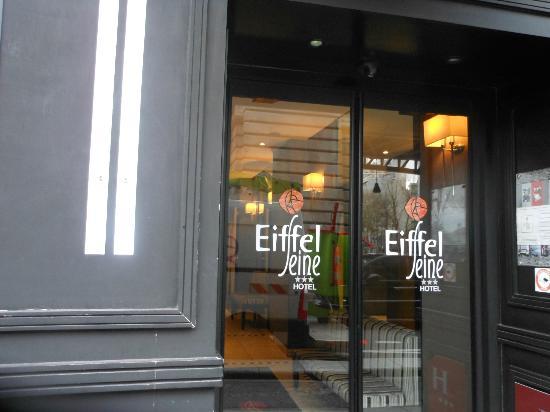 Hotel Eiffel Seine: Hotel doors.