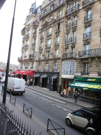 Hotel Eiffel Seine: View from across the street towards hotel