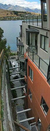 โอ๊คส์ชอเรสโฮเต็ล: Four storey canyon from cut into hillside. 1006 kitchen window & 1006A balcony.